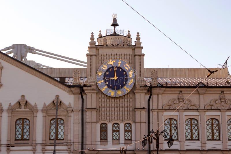 Moskou, Rusland: Een klok op de voorgevel van het station van Moskou Kazansky royalty-vrije stock afbeelding