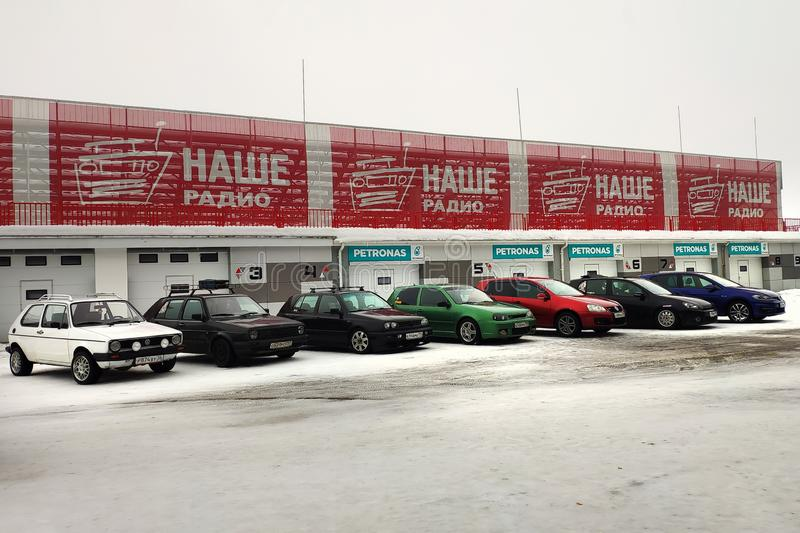 Moskou, Rusland - Februari 4, 2019: Alle generaties van een auto Volkswagen Golf van eerst aan zevende parkeerden op een sneeuwst stock foto's