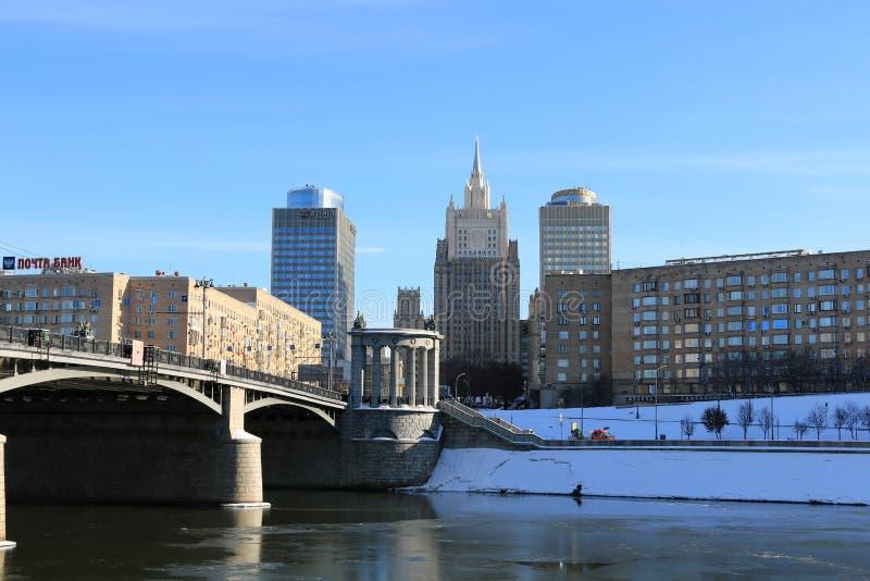 Moskou, Rusland - Februari 14, 2019: Weergeven van de Borodinsky-Brug en het Ministerie van Buitenlandse zaken van de Russische F royalty-vrije stock fotografie