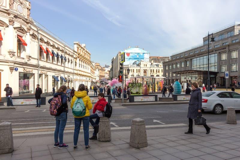 Moskou, Rusland: Feestelijke decoratie op Kuznetsky de Meeste straat stock fotografie
