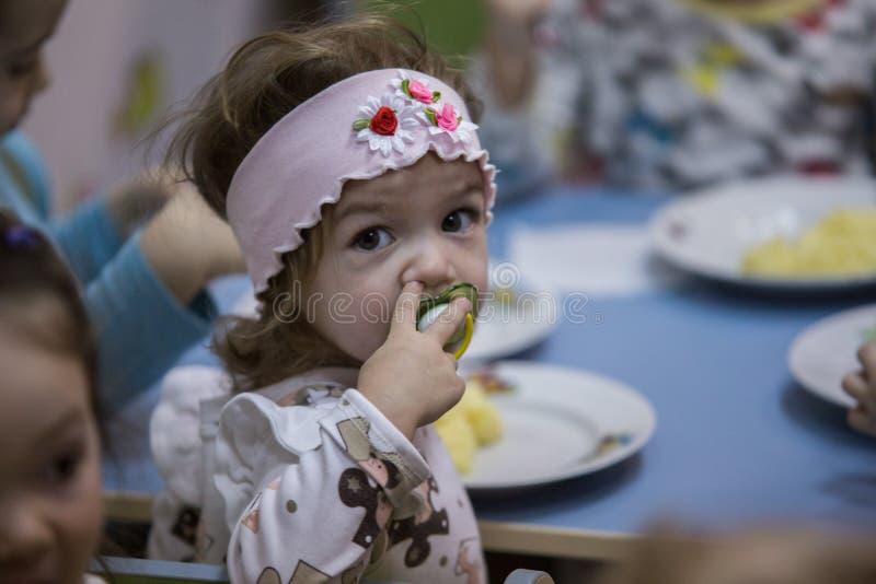 2019 01 22, Moskou, Rusland Het meisje heeft diner royalty-vrije stock foto's