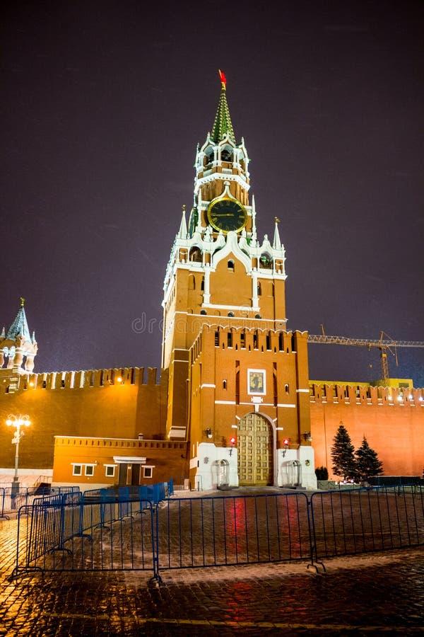 MOSKOU, RUSLAND - JANUARI 7, 2016: Bashnya van Spasskaya van de Spasskytoren van Moskou het Kremlin op Kerstmisdag royalty-vrije stock foto
