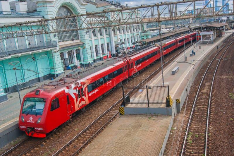 Moskou, Rusland - Juli 2019 Aeroexpress Spoorweg, oude architectuur, hoogste mening van de brug aan de rode trein royalty-vrije stock foto's