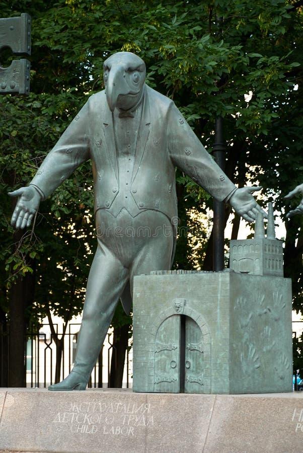 Moskou, Rusland - Juli 24, 2008: De kinderen zijn de Slachtoffers van Volwassen die Ondeugden is een groep bronsbeeldhouwwerken d stock afbeeldingen