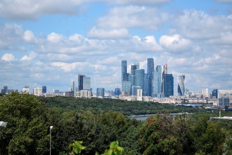 Moskou, Rusland - Juli 8, 2019: De mening van Moskou en bewolkte blauwe hemel van het de observatiedek van Musheuvels stock foto