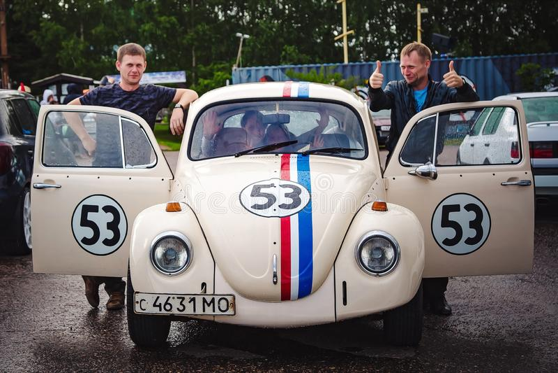 Moskou, Rusland: 06 juli, 2019: Familie in hersteld Volkswagen Beetle gestileerde auto met nummer 53 Regenachtige dag royalty-vrije stock foto