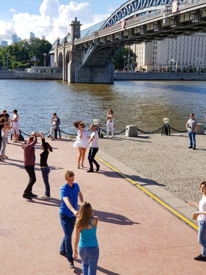 Moskou, Rusland - Juli 2018: Jongeren die op stad dansen embankm stock foto