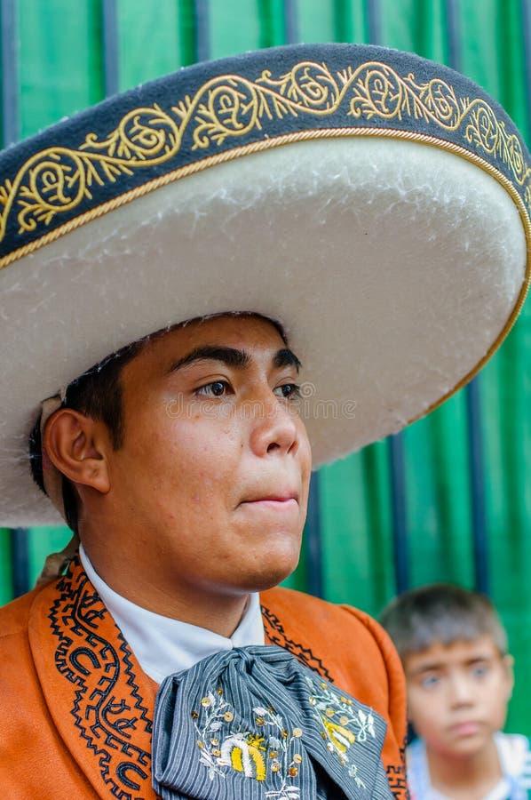 Moskou, Rusland - Juli 7, 2018: Mexicaanse mariachi van de straatmusicus, close-upportret in traditionele kleren en sombrero stock fotografie
