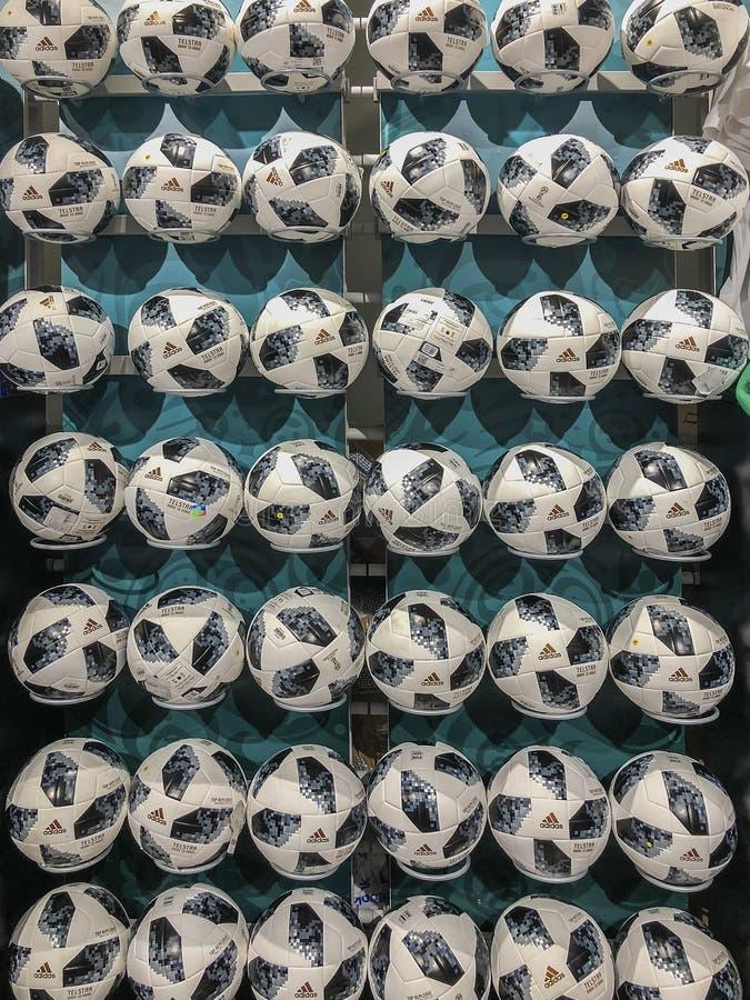 MOSKOU, RUSLAND - JULI, 10, 2018: Voetbalballen met embleem op muur, Wereldbeker FIFA 2018, de Ventilator Fest van FIFA in de amb stock foto's