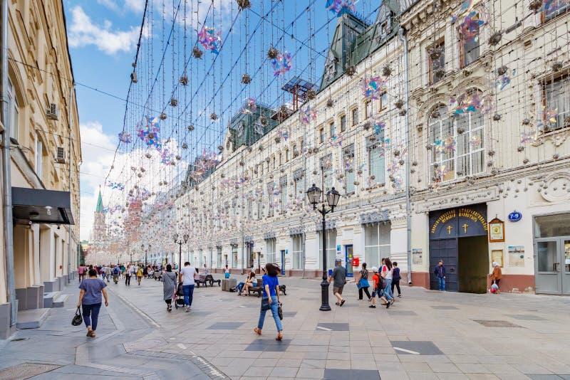 Moskou, Rusland - Juli 28, 2019: Volkeren die op Nikolskaya-straat in Moskou bij zonnige de zomerochtend gaan royalty-vrije stock afbeelding