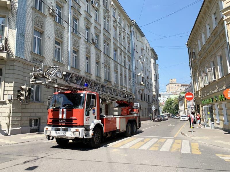 Moskou, Rusland, Juni 20, 2019 Brandvrachtwagen op basis van de Italiaanse auto Iveco Magirus in Lyalin-steeg in de zomerdag in M royalty-vrije stock fotografie