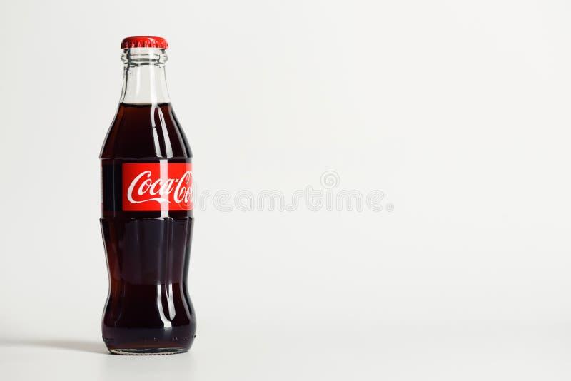 Moskou, Rusland - JUNI 9, 2016: Coca-Cola-glasfles stock afbeeldingen