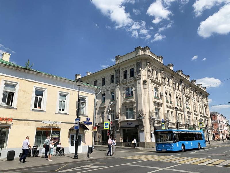 Moskou, Rusland, 20 Juni, 2019 De blauwe bus geeft Pokrovka-straat op het gebied van huizen 17 en 19 in zonnige de zomerdag door royalty-vrije stock fotografie