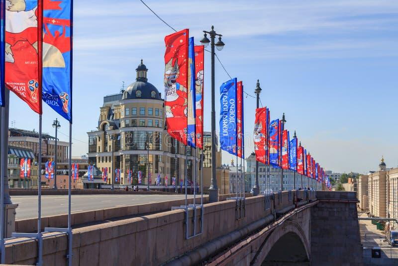 Moskou, Rusland - Juni 03, 2018: De golvende vlaggen met symbolen van de Wereldbeker Rusland 2018 van FIFA op Bol ` shoy Moskvore royalty-vrije stock afbeelding
