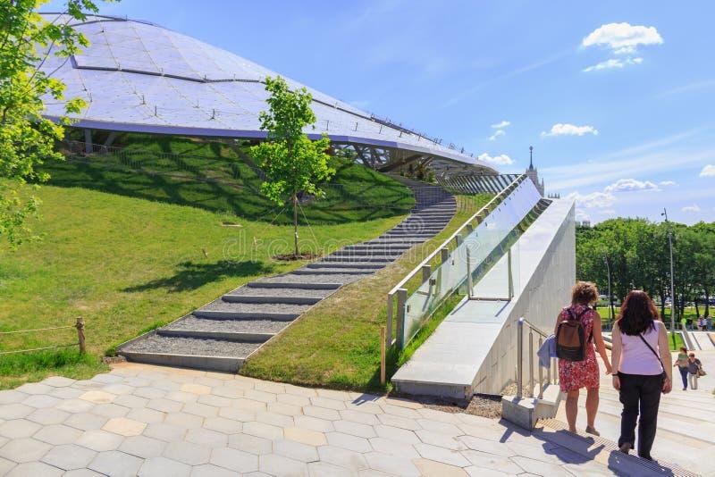 Moskou, Rusland - Juni 03, 2018: De toeristen gaan onderaan de stappen van een steentrap dichtbij Groot amfitheater in Zaryadye-P stock afbeeldingen