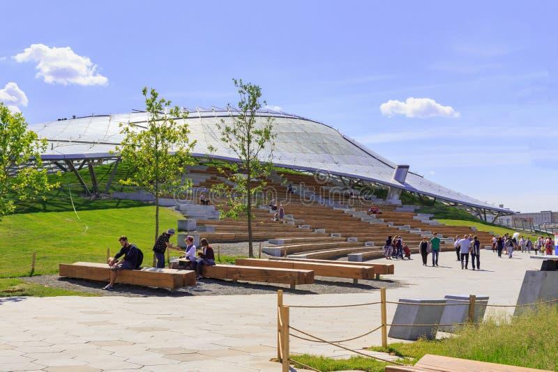 Moskou, Rusland - Juni 03, 2018: De toeristen lopen dichtbij Grote amphitheatre in Zaryadye-Park op een zonnige de zomerochtend stock foto's