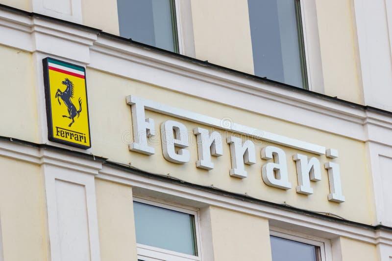Moskou, Rusland - Juni 02, 2019: Ferrari-uithangbord op de de bouwmuur boven ingang aan de officiële handelaarstoonzaal stock foto