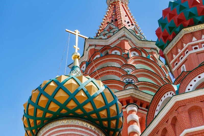 Moskou, Rusland - Juni 02, 2019: Gekleurde koepels van Heilige Basil Cathedral op Rood vierkant in de close-up van Moskou op een  royalty-vrije stock foto