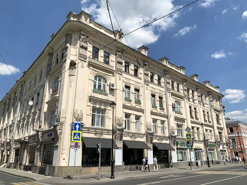 Moskou, Rusland, 20 Juni, 2019 Mensen die op Pokrovka-straat dichtbij huis 19 lopen Flatgebouw van Fyodor Rakhmanov, 1898-1899 ye stock foto