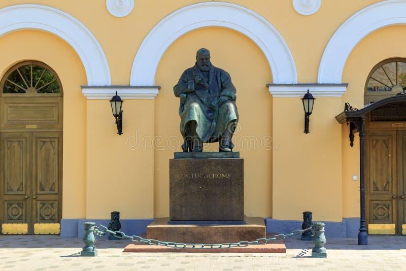 Moskou, Rusland - Juni 03, 2018: Monument aan schrijver Alexander Ostrovsky dichtbij het Academische Kleine Theater van de Staat  royalty-vrije stock afbeeldingen