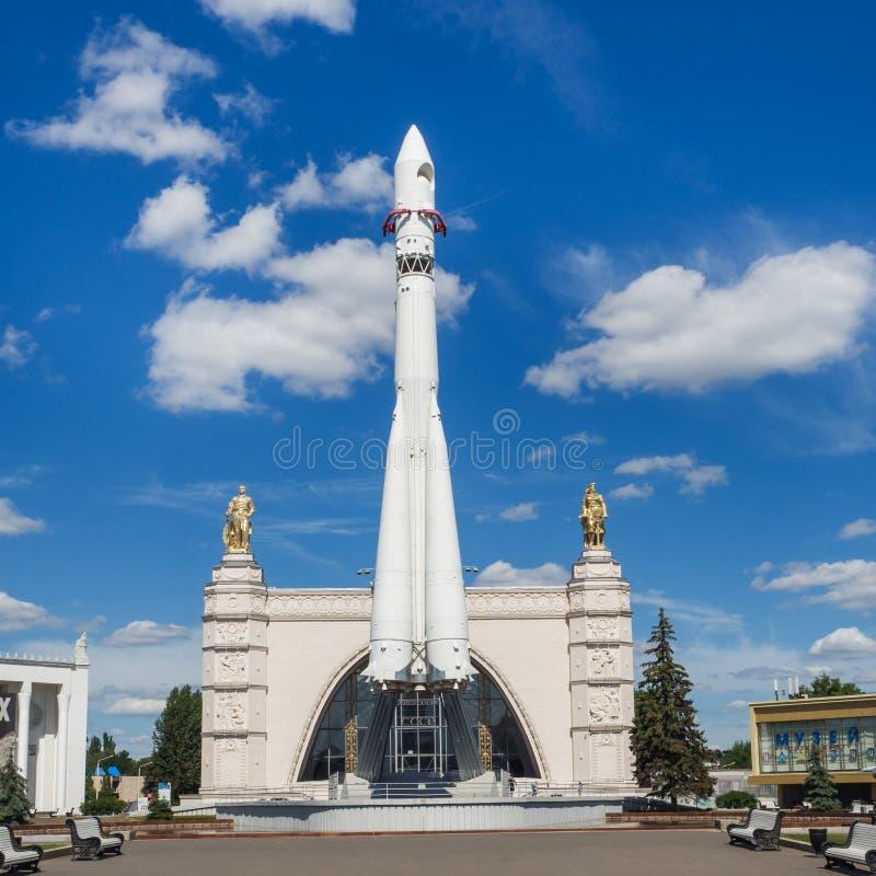 Moskou, Rusland - Juni 24, 2019: Russisch ruimteschip Vostok 1, monument van de eerste sovjetraket bij VDNH ruimtevaart in de USS stock foto's