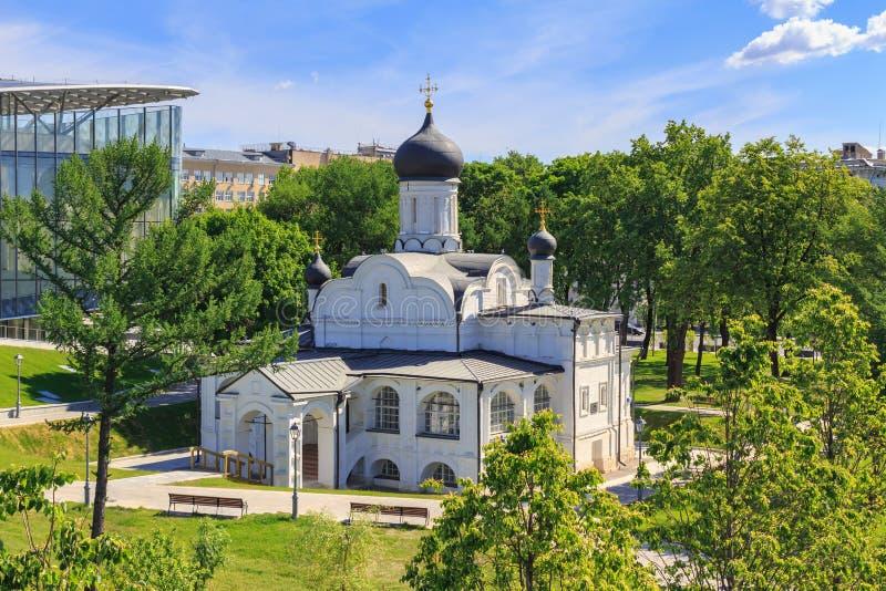 Moskou, Rusland - Juni 03, 2018: Tempel van de conceptie van rechtschapen Anna in Zaryadye-Park tegen groene bomen en blauwe heme stock afbeelding