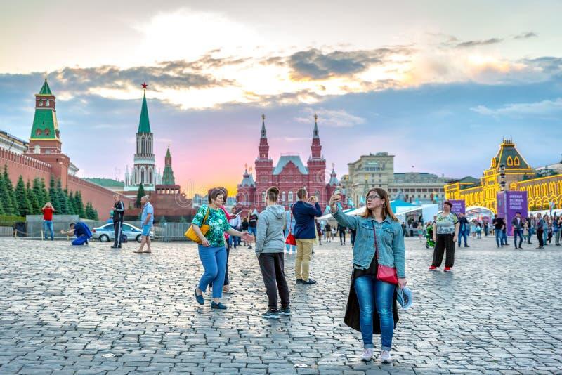 Moskou, Rusland - Juni 04 2018: Toeristen en plaatselijke bewoners die van een mooie zonsondergang genieten bij het Rode Vierkant royalty-vrije stock afbeeldingen