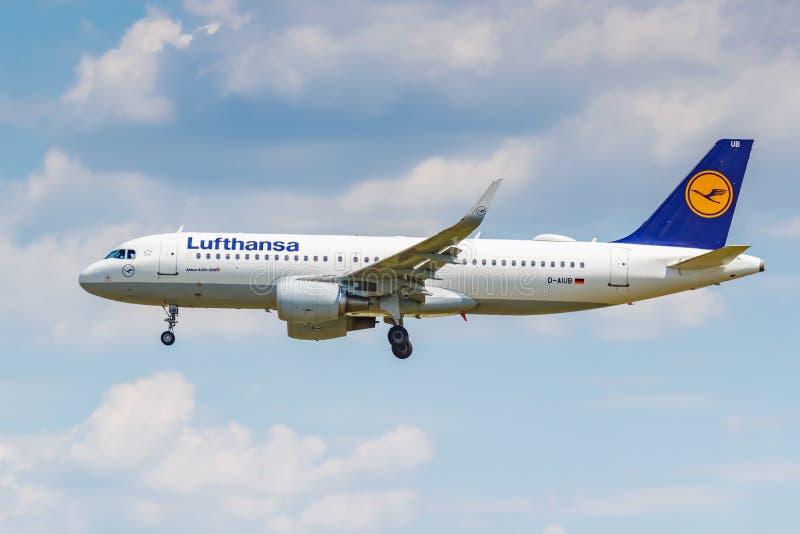 Moskou, Rusland - Juni 21, 2019: Vliegtuigenluchtbus A320-214WL D-AIUB van Lufthansa-luchtvaartlijn die in internationale Domoded royalty-vrije stock fotografie