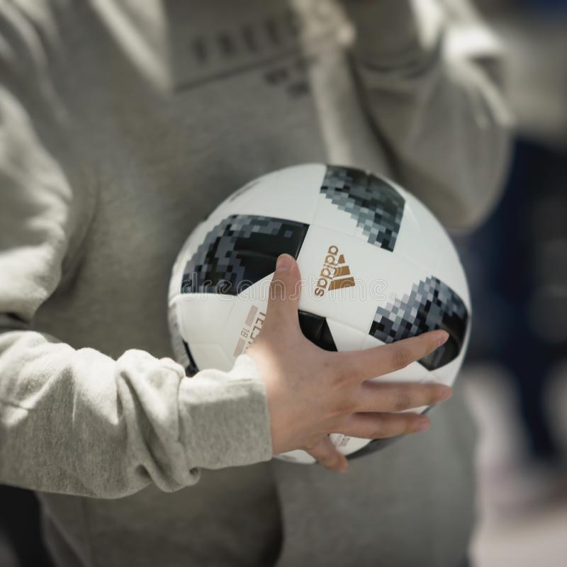 MOSKOU, RUSLAND - JUNI, 14, 2018: Voetbalbal met embleem van de Wereldbeker FIFA 2018, de Ventilator Fest van FIFA in de mundial  stock afbeelding