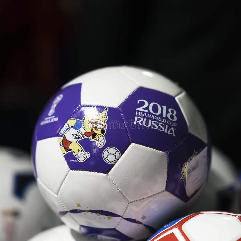 MOSKOU, RUSLAND - JUNI, 14, 2018: Voetbalbal met embleem van de Wereldbeker FIFA 2018, de Ventilator Fest van FIFA in de mundial  royalty-vrije stock afbeeldingen