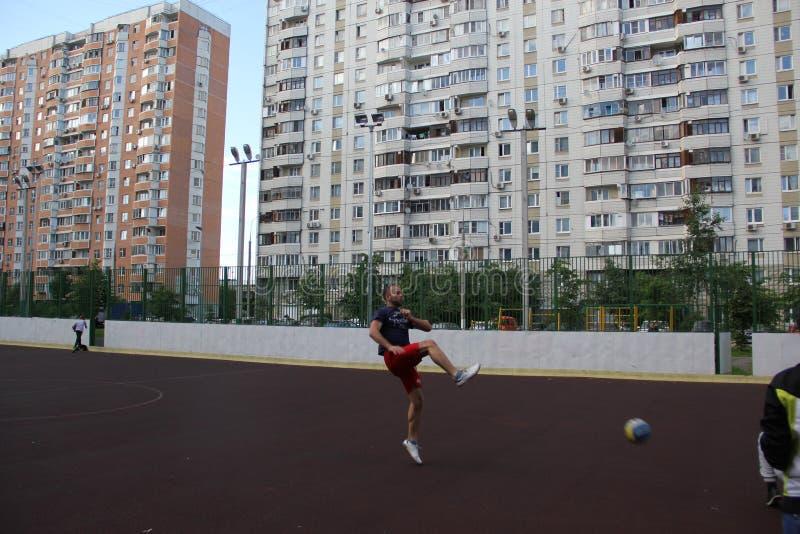 Moskou, Rusland 5 juni, 2015: volleyballspel in de yard Kerel in de sprong royalty-vrije stock fotografie