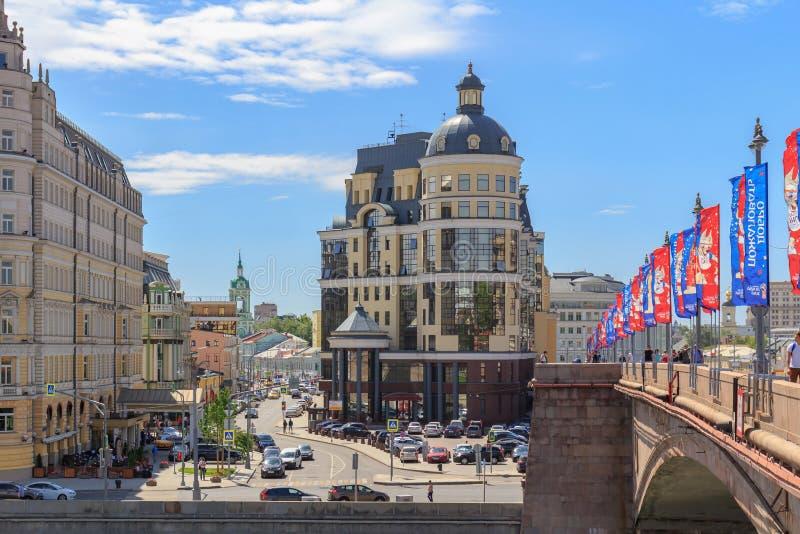 Moskou, Rusland - Juni 21, 2018: Weergeven van Raushskaya-dijk van Moskva-rivier en Balchug-straat in historisch centrum van Mosk stock foto's
