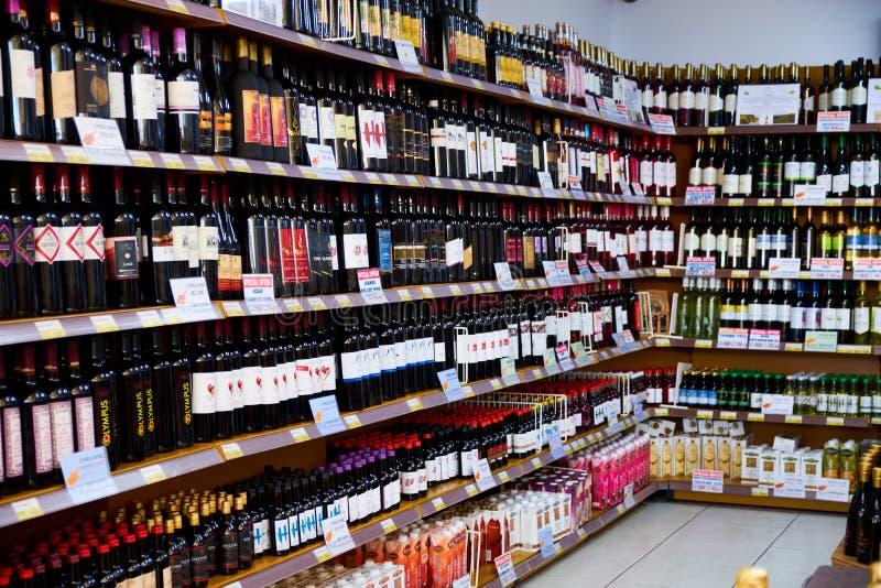Moskou, Rusland - Juni 6, 2018 winkelvensters met alcoholische dranken van diverse merken in de supermarkt stock fotografie