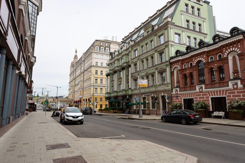 Moskou, Rusland kan 25, de mening van 2019 van Baltschug-straat, oude architectuur van huizen royalty-vrije stock afbeelding