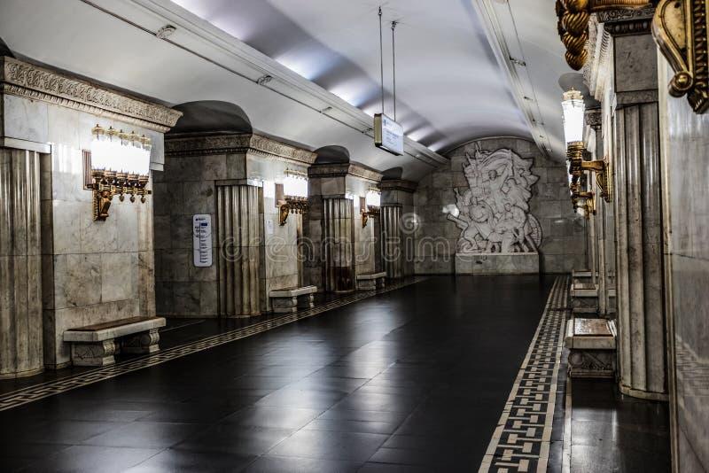 Moskou, Rusland 26 kan metro van Smolenskaya van 2019 post wordt gevestigd in het hart van de stad dichtbij de populaire toeriste stock foto
