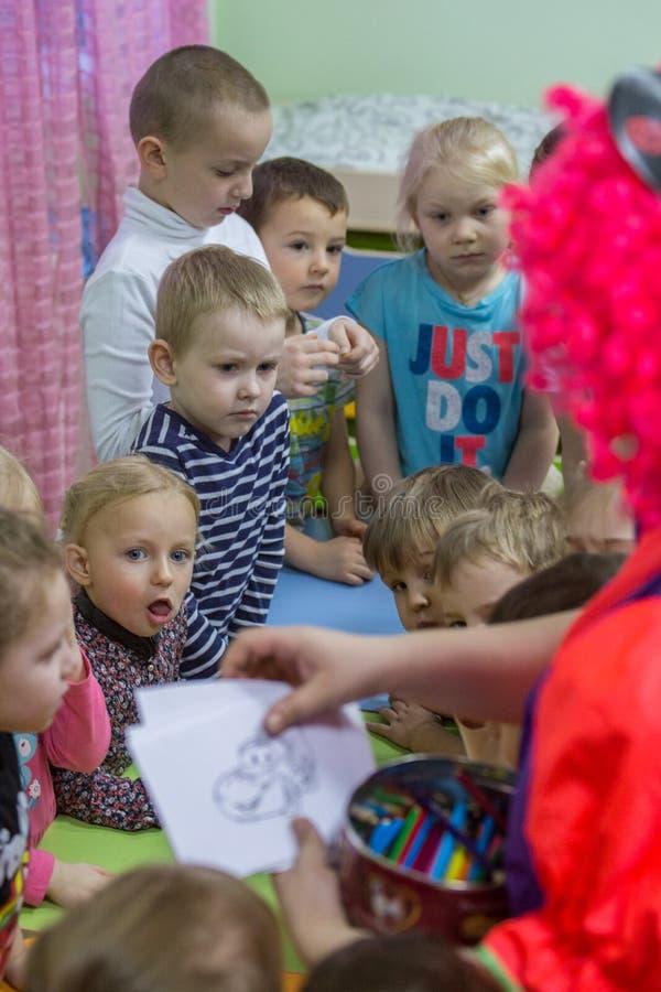 2019 01 22, Moskou, Rusland Kinderen die rond de lijst in de tuin van het jonge geitje trekken royalty-vrije stock foto's