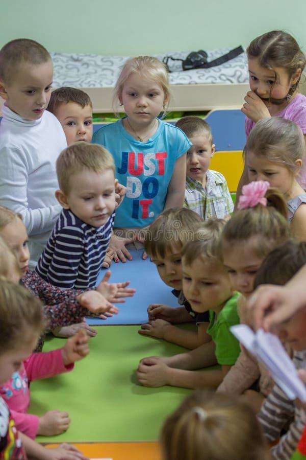 2019 01 22, Moskou, Rusland Kinderen die rond de lijst in de tuin van het jonge geitje trekken stock foto's
