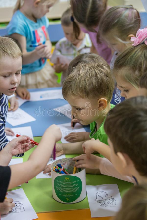2019 01 22, Moskou, Rusland Kinderen die rond de lijst in de tuin van het jonge geitje trekken stock foto