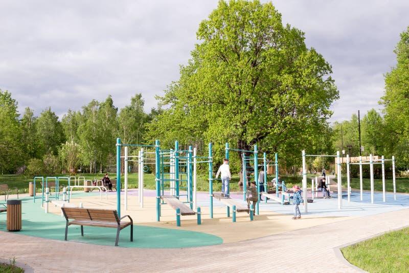MOSKOU, RUSLAND: Kinderenspeelplaats Park Het Park van Moskou, stock fotografie