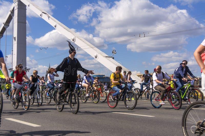 moskou Rusland 19 kunnen 2019 Het Cirkelen van Moskou festival Velofest 2019 De grappige fietsminnaars gaan op de brug stock afbeeldingen