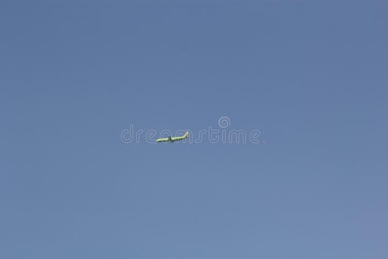 Moskou, Rusland -Rusland-kunnen 30, 2015: Vliegtuig in de hemel S7 Airlines stock foto
