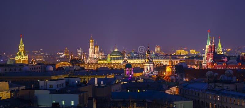 Moskou, Rusland Luchtmening van populaire oriëntatiepunten - de muren van het Kremlin, Heilige Basil Cathedral en anderen - in Mo stock afbeeldingen