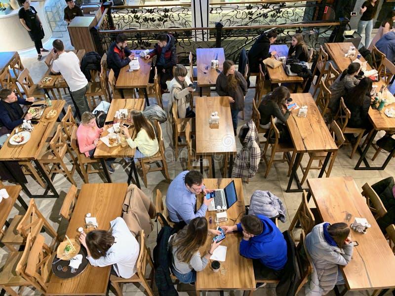 Moskou, Rusland, Maart 2019 Centrale markt, metro post 'Tsvetnoy-Boulevard ' Mensen die bij lunchtijd in het restaurant, FA eten stock afbeelding