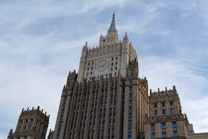 Moskou, Rusland - Maart 25, 2018: De bouw van het Ministerie van buitenlandse zaken van de Russische Federatie tegen de blauwe he royalty-vrije stock afbeeldingen