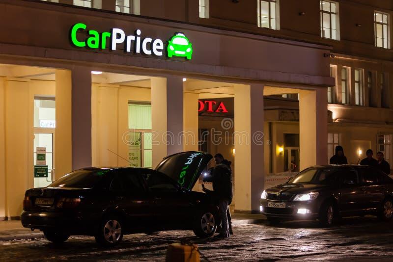 MOSKOU, RUSLAND - MAART 20, 2018: Een CarPrice-werknemer inspecteert de auto Beperkte CarPrice is een internationaal bedrijf stock fotografie