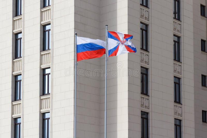 Moskou, Rusland - Maart 25, 2018: Golvende vlaggen op vlaggestokken op het grondgebied van Ministerie van defensie van de Russisc royalty-vrije stock afbeelding
