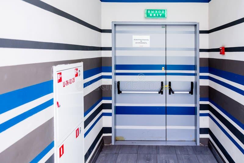 MOSKOU, RUSLAND - MAART 28, 2018: Nooduitgang in een grote winkelcentrumtroïka Tekst` Nooduitgang Belemmer geen ` Verzegelde deur royalty-vrije stock fotografie