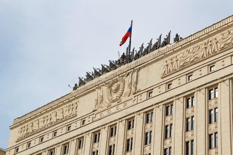 Moskou, Rusland - Maart 25, 2018: Vlag op het de bouwdak van Ministerie van defensie van het Russische Federatieclose-up royalty-vrije stock afbeeldingen