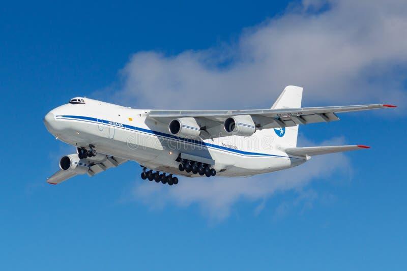 Moskou, Rusland - Maart 26, 2019: Vliegtuigen Antonov een-124 Ra-82038 van Russische FederatieLuchtmacht tegen blauwe hemel in zo stock foto's