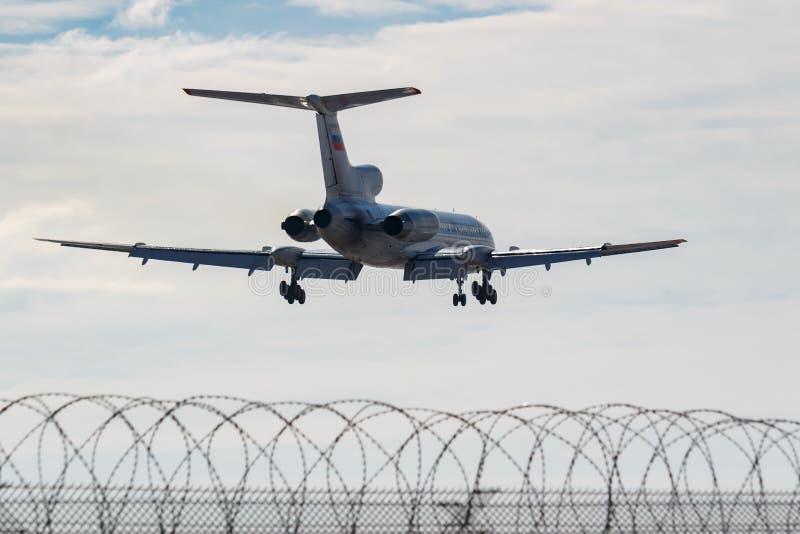 Moskou, Rusland - Maart 14, 2019: Vliegtuigen Tupolev Turkije-154M Ra-85084 van Russische FederatieLuchtmacht die naar het landen stock afbeelding